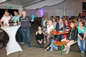 Das Publikum bei der Karaoke-Show